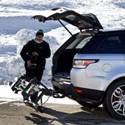 Ako alternatívu k strešným nosičom Vám ponúkame stále viac populárne luxusné nosiče na prevoz lyží a snowboardov s montážou na štandardné ťažné zariadenie.