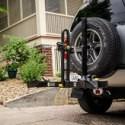 V našej ponuke nájdete aj praktické nosiče bicyklov s montážou na rezervné koleso umiestnené na zadných dverách terénnych automobilov a pickupov.