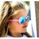Niekoľkokrát ocenené dizajnové slnečné okuliare Shadez pre deti od 6 mesiacov s charakteristickým Aviator dizajnom ako štýlová a praktická ochrana očí dieťaťa.