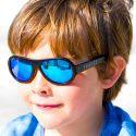 Odborníci odporúčajú chrániť deťom oči pred škodlivým UV žiarením, kedže sietnica detského oka je oveľa náchylnejšia na vplyvy tohto žiarenia.